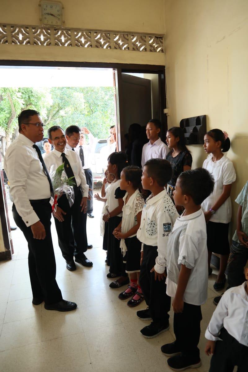ASM menyambut kedatangan Rasul Samuel di sidang Sragi